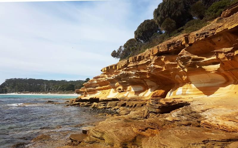 """Scogliera colorata della spiaggia """"Painted Cliffs"""" nell'isola di Maria Island in Tasmania"""