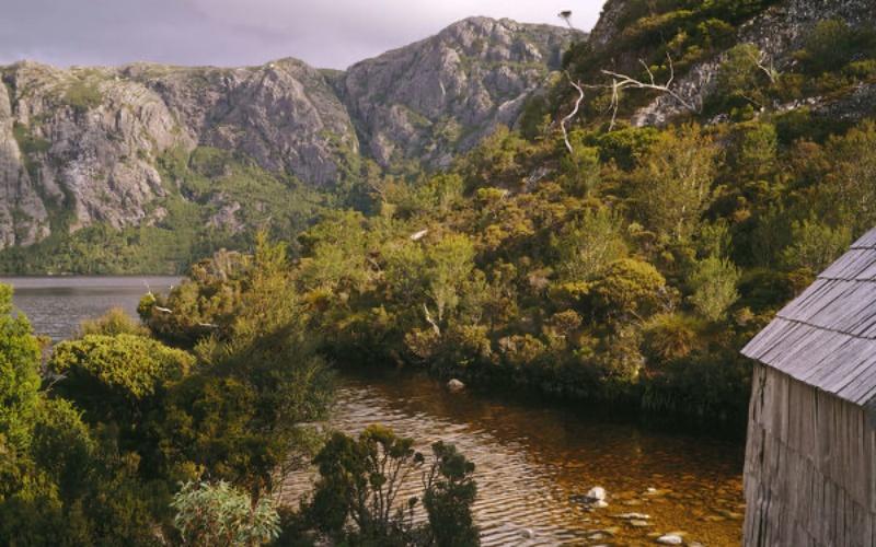 Sponda del Crater Lake durante percorso a Cradle Mountain in Tasmania