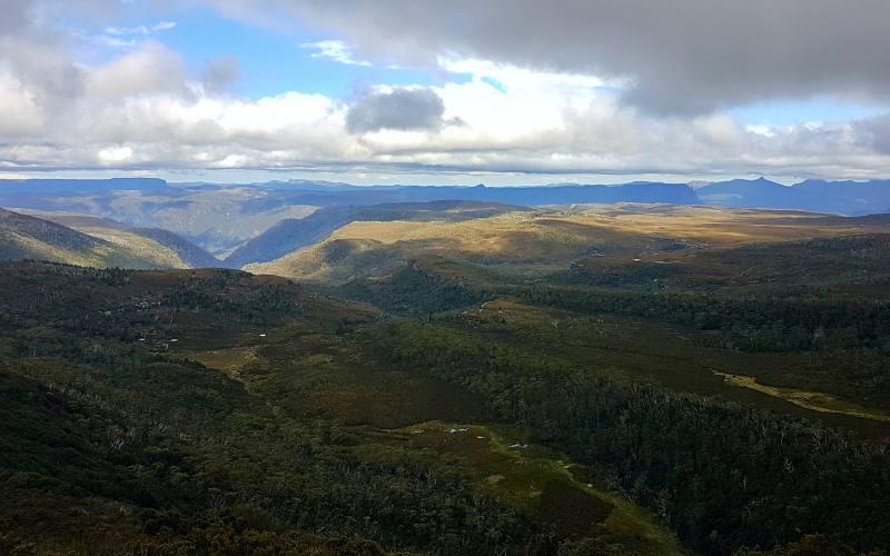 Vista dal punto panoramico sulla strada per la cima di Barn Bluff durante l'Overland Track in Tasmania