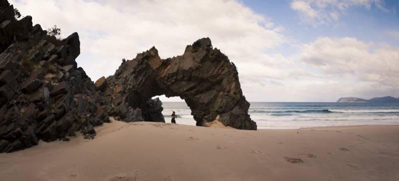 """Arco di roccia """"The Arch"""" lungo il percorso """"Queen Elizabeth Trail"""" a Bruny Island"""