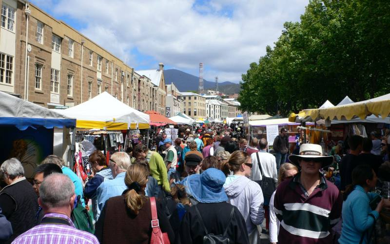 """Bancarelle e tanta gente nel mercato """"Salamanca Market"""", da vedere a Hobart in Tasmania"""
