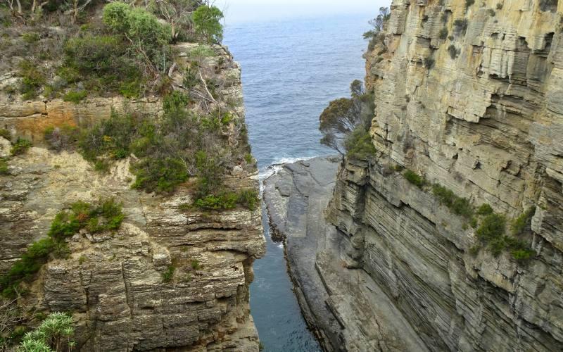 """Sbocco nell'oceano della """"Devils Kitchen"""", l'attrazione naturale della Tasman Peninsula in Tasmania"""