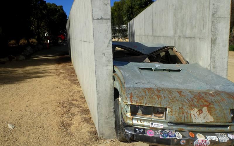 Installazione di un auto tra due muri nel parcheggio del museo MONA in Tasmania