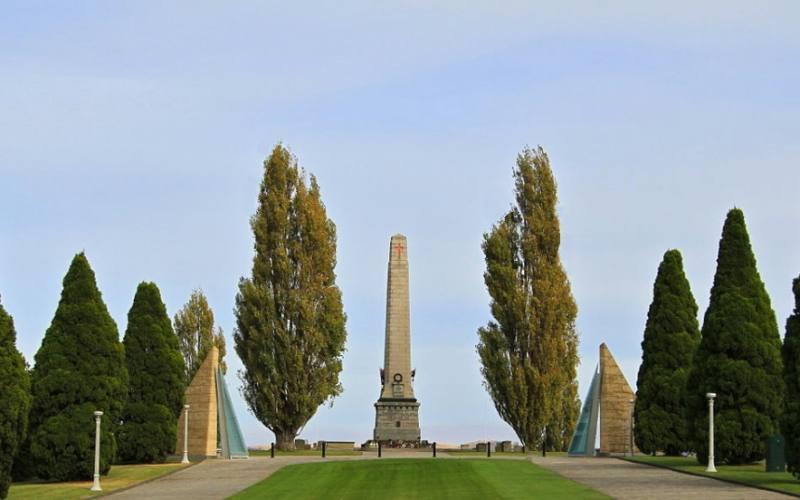 """L'obelisco """"Cenotaph"""" dentro il parco """"Queens Domain"""" di Hobart"""