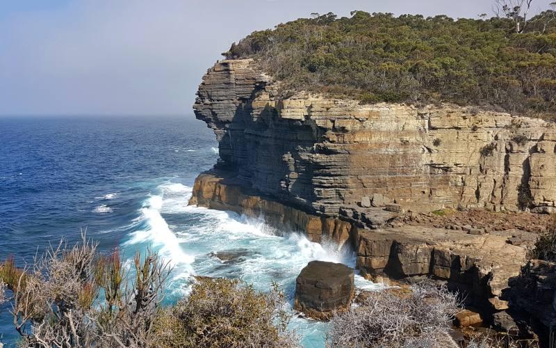 Punto panoramico sulla scogliera vicino alla Devils Kitchen nella Tasman Peninsula in Tasmania
