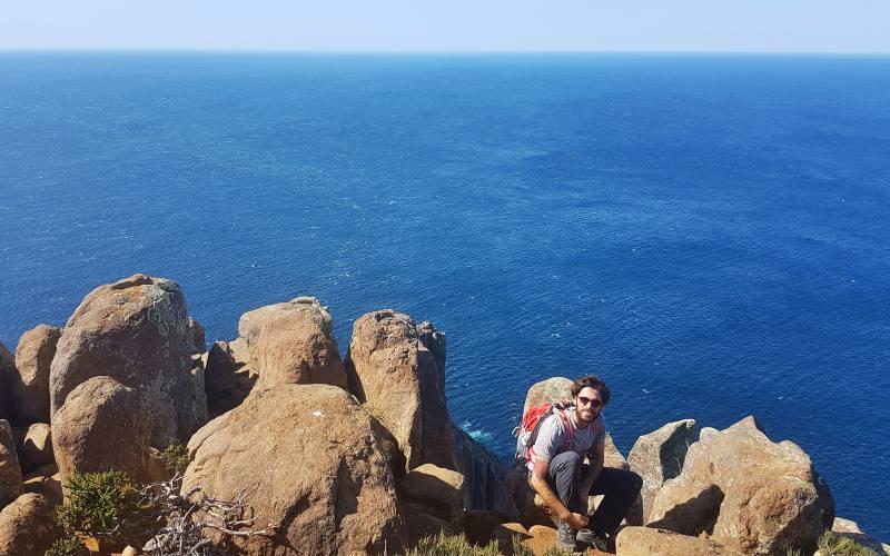 Foto sullo strapiombo roccioso nel percorso di trekking nella Tasman Peninsula