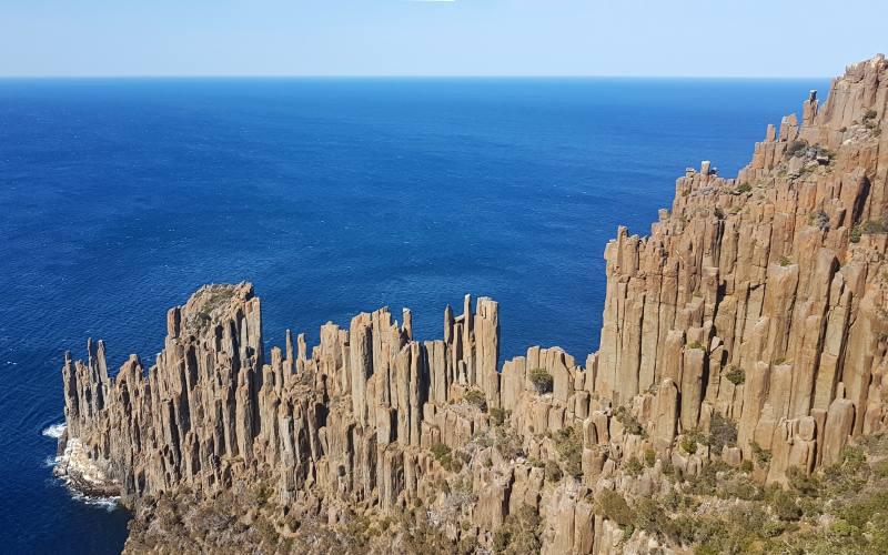 Punto panoramico sulle rocce geometriche di Cape Raoul durante trekking Tasman Peninsula