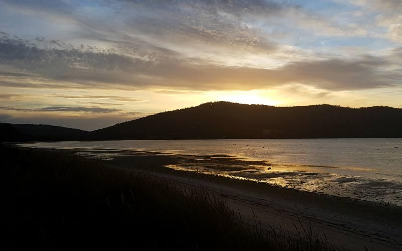 """Tramonto sull'oceano dal campeggio al """"The Neck"""" su Bruny Island in Tasmania"""