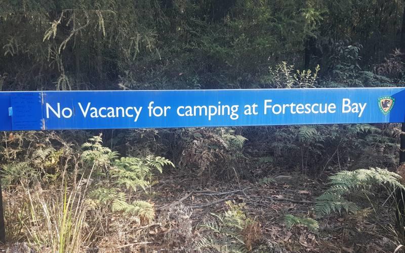 """Cartello """"No Vacancy"""" per il campeggio Fortescue Bay nella Tasman Peninsula"""