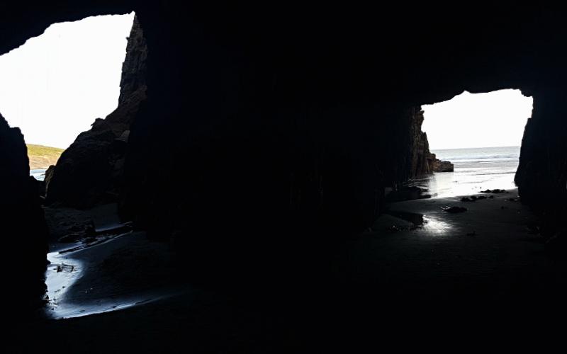 Vista interna della Remarkable Cave, le grotte di roccia sull'oceano nella Tasman Peninsula