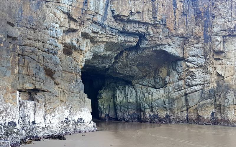 Remarkable Cave, la grotta di roccia, vista da fuori dentro la Tasman Peninsula