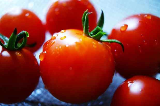 Tomatoes to remove pimples and scars