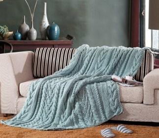 En la foto un sofá con una manta