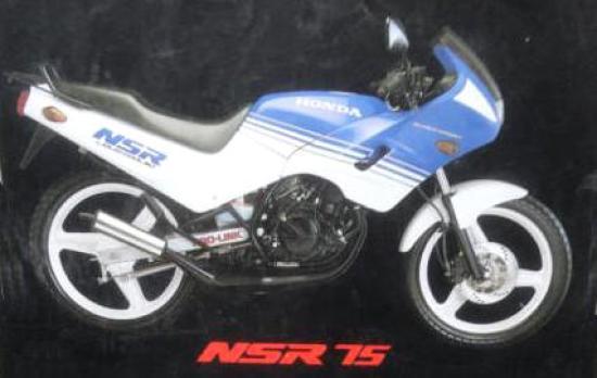 En la foto una moto Honda NSR 75 semicarenada en color azul y blanco