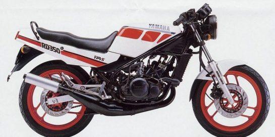 Foto tomada desde el lateral derecho de la Yamaha RD350