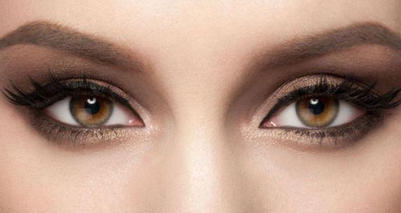 Primerísimo plano de dos bonitos ojos de mujer color pardo, mirando directamente a la cámara.