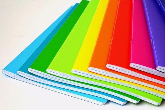 Imagen de varias libretas de colores formando una especie de abanico