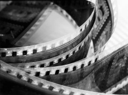 Foto de un carrete de película sensible cinematográfica en blanco y negro
