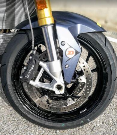 En la foto aparece la rueda delantera de la XR con sus pinzas de anclaje radial y su horquilla invertida