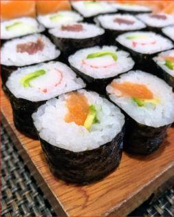En la foto varios makis de salmón, atún y surimi