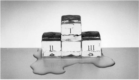 Foto artística en blanco y negro de tres cubitos de hielo formando un podium que se derrite