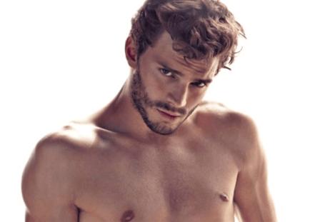 Foto Jamie Dornan primer plano con el torso desnudo mirando a cámara