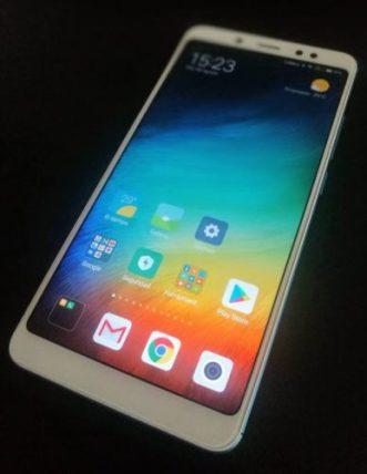 Fotografía del móvil Redmi Note 5 en su pantalla de inicio