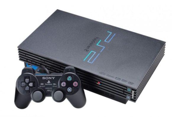 En la foto una consola PlayStation 2 de primera generación con su correspondiente mando cableado