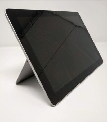 En la foto se ve la Surface Go apoyada sobre su propia pata