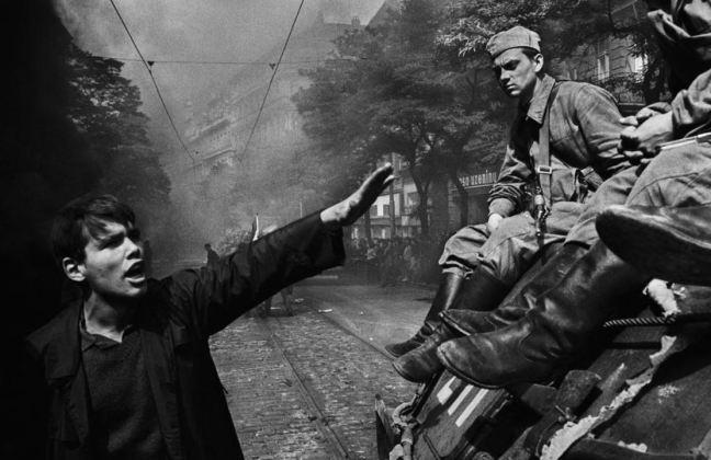 Imagen de un checoslovaco con mano en alto oponiéndose a un tanque soviético