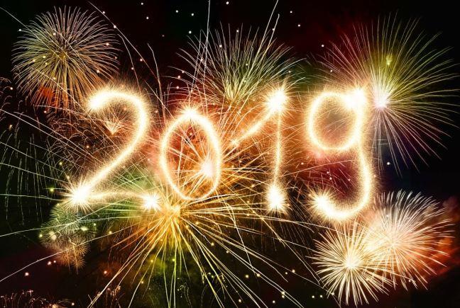 Fuegos artificiales con el número 2019 en dorado