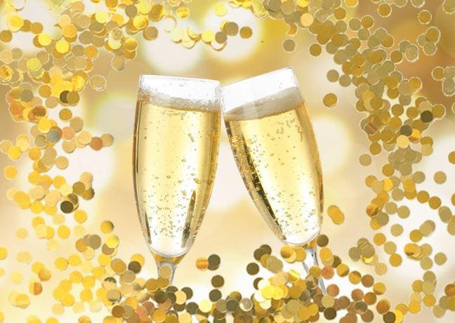 Dos copas de champagne brindando