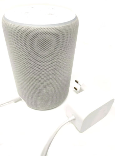 En la foto el altavoz Amazon Echo Plus en color blanco junto a su enchufe