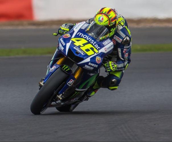 En la foto Valentino afrontando una curva rápida sobre su Yamaha de MotoGP