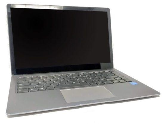 En la foto se muestra un portátil chino abierto pero apagado del fabricante Chuwi, se trata del modelo LapBook Air