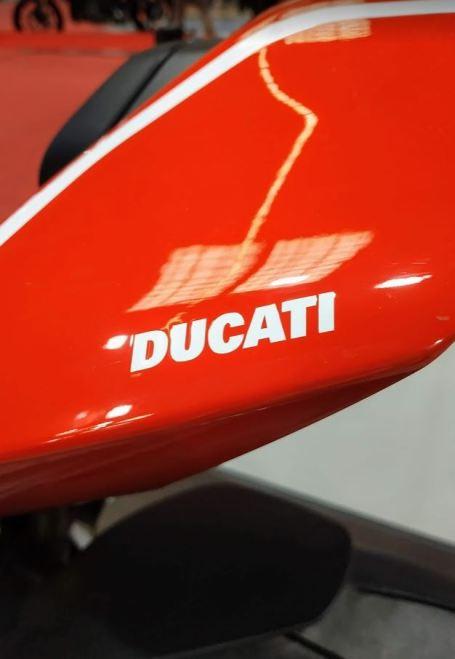 En la foto se aprecia el colin de la Ducati Panigale V4R en color rojo