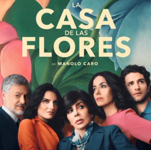 Carátula de la serie La casa de las flores con la familia al completo