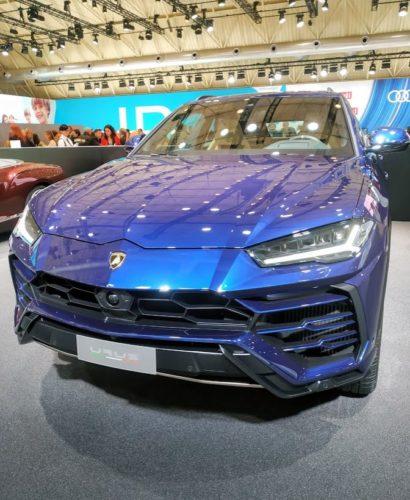 En la foto un SUV de Lamborghini en color azul, el Urus