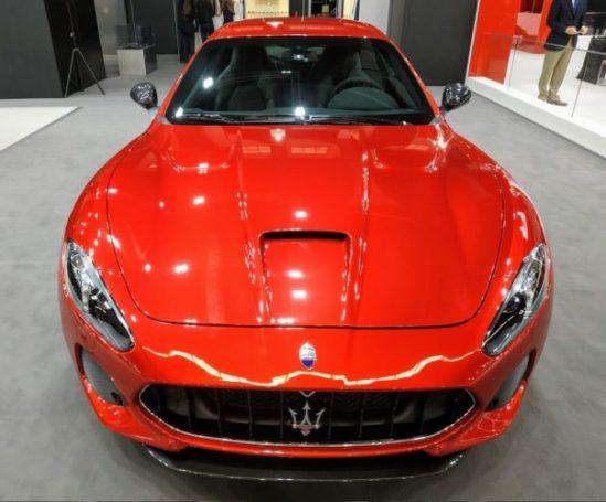 En la foto un Maserati Portofino en llamativo color rojo visto frontalmente