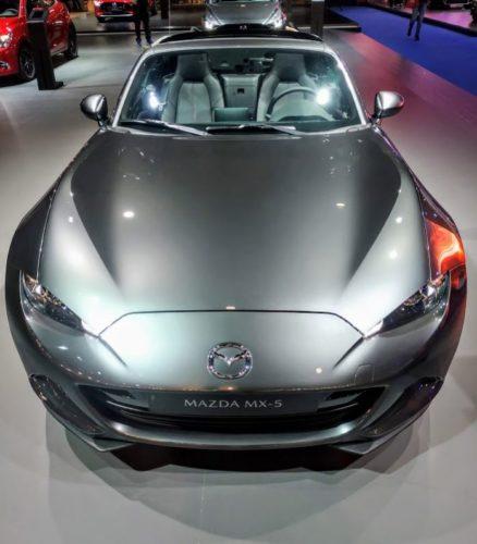 En la foto el pequeño y atractivo Mazda MX-5 en color gris metalizado