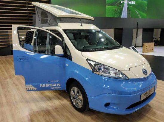 En la foto una furgoneta de Nissan en color azul y blanco que está camperizada y que además es 100% eléctrica