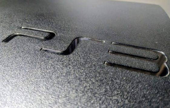 Una foto macro del logotipo de PS3 grabado en una PlayStation 3 Slim.