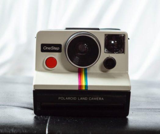En la foto una antigua cámara Polaroid en la que se inspiró el logotipo de Instagram