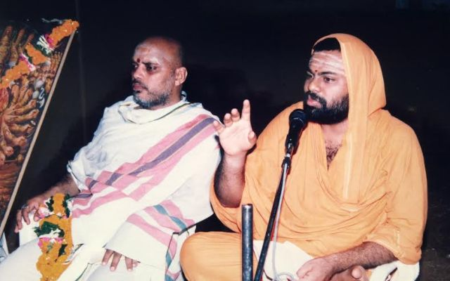 Renowned Swamy Parpoornananda Adressing The Devotees During The Maha Yagam,2005