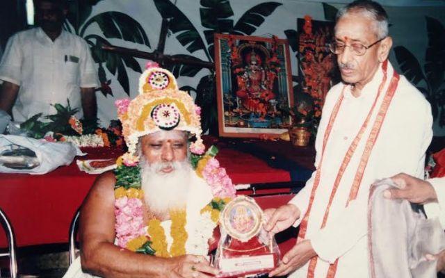 Sadguru Sivananda Murthy Honoring Sri Venugopala Sastry