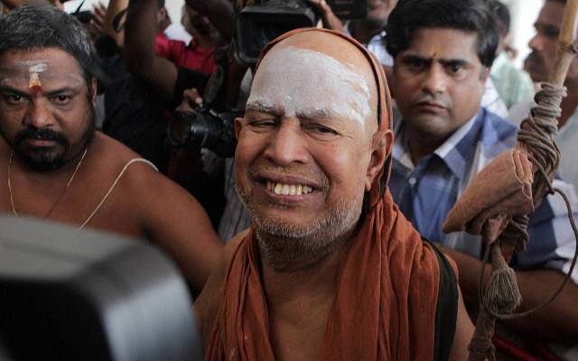 Kanchi Sankaracharya Jayendra Saraswathi leaves a court in Puducherry