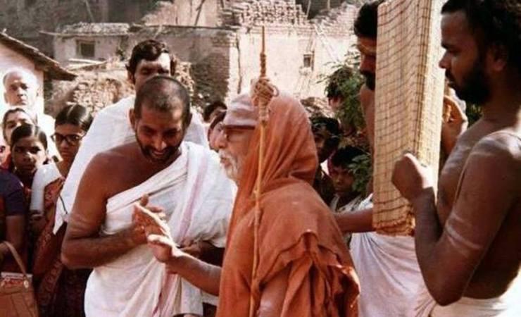 Kanchi Paramacharya With Devotees