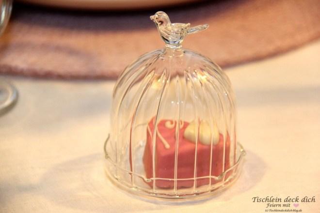 Kleine Glashaube mit Petit four