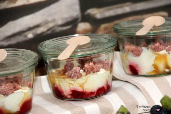 Fruehstueck mit Etagere Joghurt