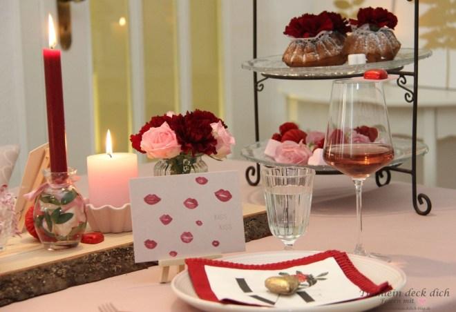 romantische Tischdekoration in rosa und rot